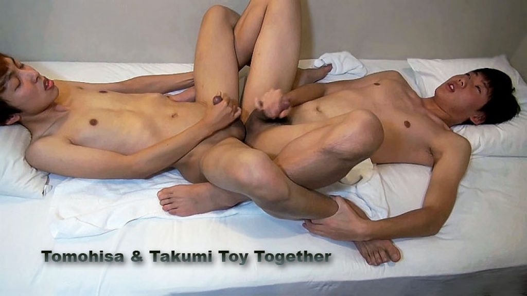 tomohisa-and-takumi-toy-together